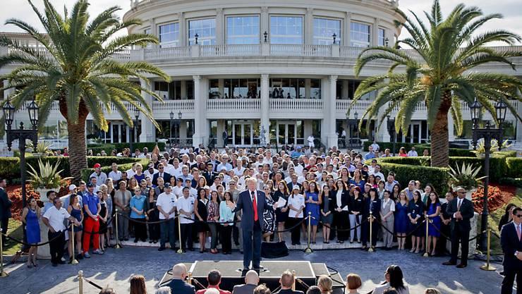 """Donald Trump im Jahr 2016 - damals noch als Präsidentschaftskandidat - bei einer Rede vor seinem Golfclub """"Trump National Doral"""" in Miami im US-Bundesstaat Florida. (Archivbild)"""