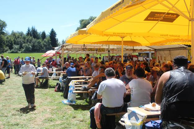 Das Publikum geniesst den Engelberg-Schwinget.