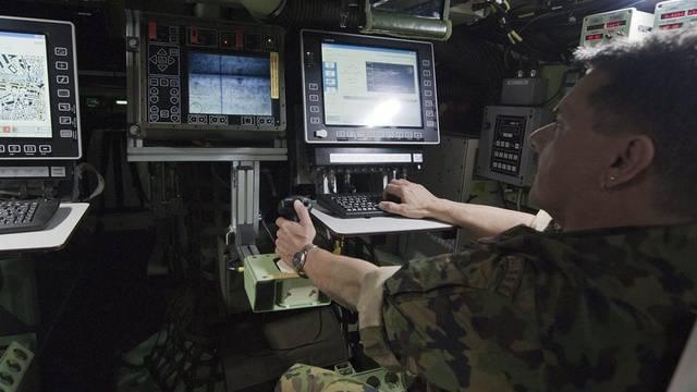 Ein Angehoeriger der Schweizer Armee bedient ein ABC-Aufklärungsfahrzeug