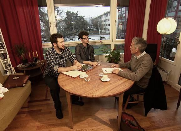 Die beiden Jungunternehmer erhalten Besuch von «Beobachter TV»-Moderator Roland Luder.