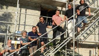 Die Vereinsmitglieder mit Präsident Fabian Furter (Bildmitte) und Architekt Hans Furter (Zweiter von rechts) besichtigten die Schlössli-Baustelle. BA