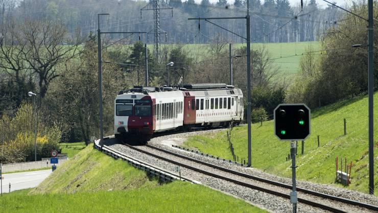 Ein Zug der Freiburgischen Verkehrsbetriebe - hier zwischen Freiburg und Murten. (Archivbild)