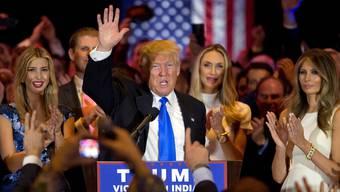 Geschafft: Donald Trump, flankiert von Frau (rechts) und Tochter (links), blickt nach seinem Sieg in Indiana auf die Präsidentschaftswahlen im November voraus.