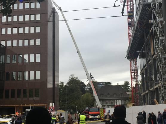 Die Einsatzkräfte werden aufs Dach gebracht.