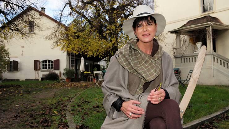 Michèle Wilhelm im Garten ihrer «Villa 12» in Saint-Louis. Im Hintergrund links Hof und Remise, die sie für Veranstaltungen vermietet.