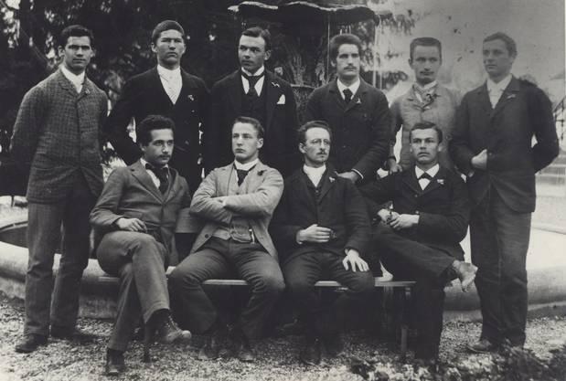 Der Herr links in der vorderen Reihe ist übrigens Albert Einstein.