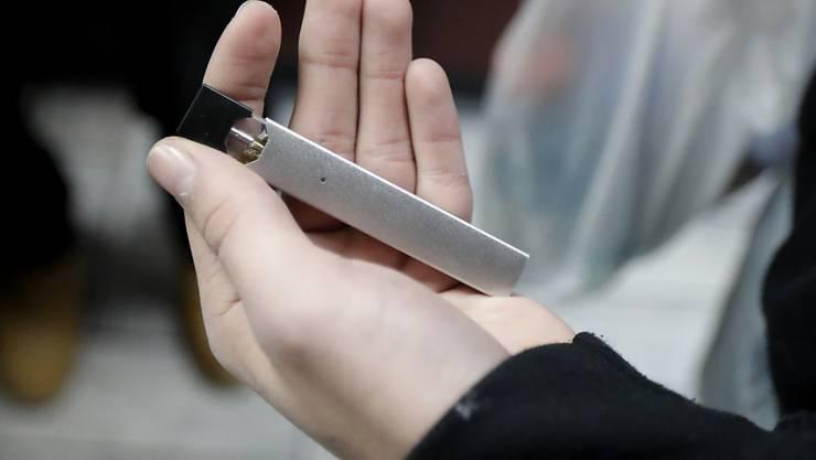 Der US-Anbieter Juul hat mit seinen bei Jugendlichen beliebten Liquid-Nikotinverdampfern einige Bewegung und Kontroversen ausgelöst.