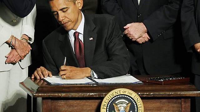 Barack Obama unterschreibt das 2300 Seiten starke Gesetzeswerk