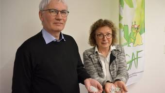 Gisela Taufer zeigt geschredderten Kunststoff, Thomas Heim das Granulat, aus dem neue Produkte hergestellt werden. hgr