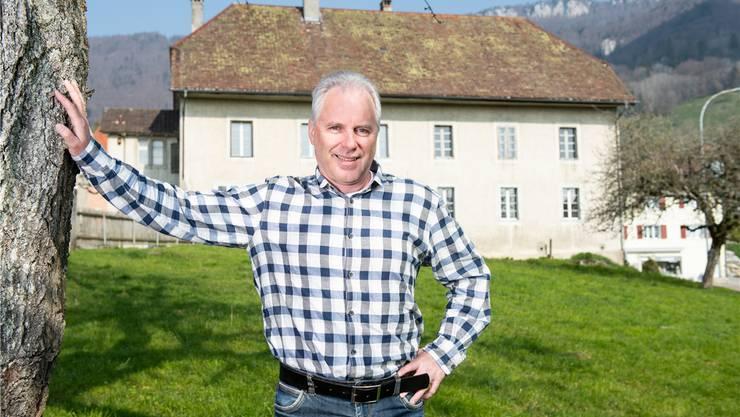 Rolf Sterki steht auf der Wiese südlich vom alten Schulhaus. Was mit diesem geschehen soll und wie die Wiese gemeinnützig genutzt werden kann, gehört  zu den Dauerthemen in Günsberg. Michel Lüthi