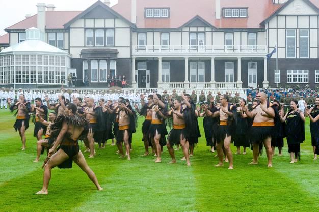 Zur Begrüssung gibts für die Royals eine Maori-Darbietung
