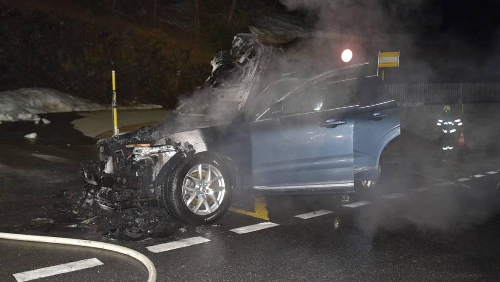 Das Auto ist bei der Bushaltestelle ausgebrannt. Verletzt wurde niemand.