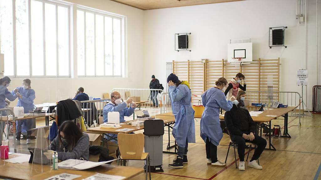 Zuerst führte Graubünden freiwillige Flächentests für die Bevölkerung durch, wie hier in Zuoz.  Später starteten regelmässige Testungen in Schulen und in der Wirtschaft. (Archivbild)