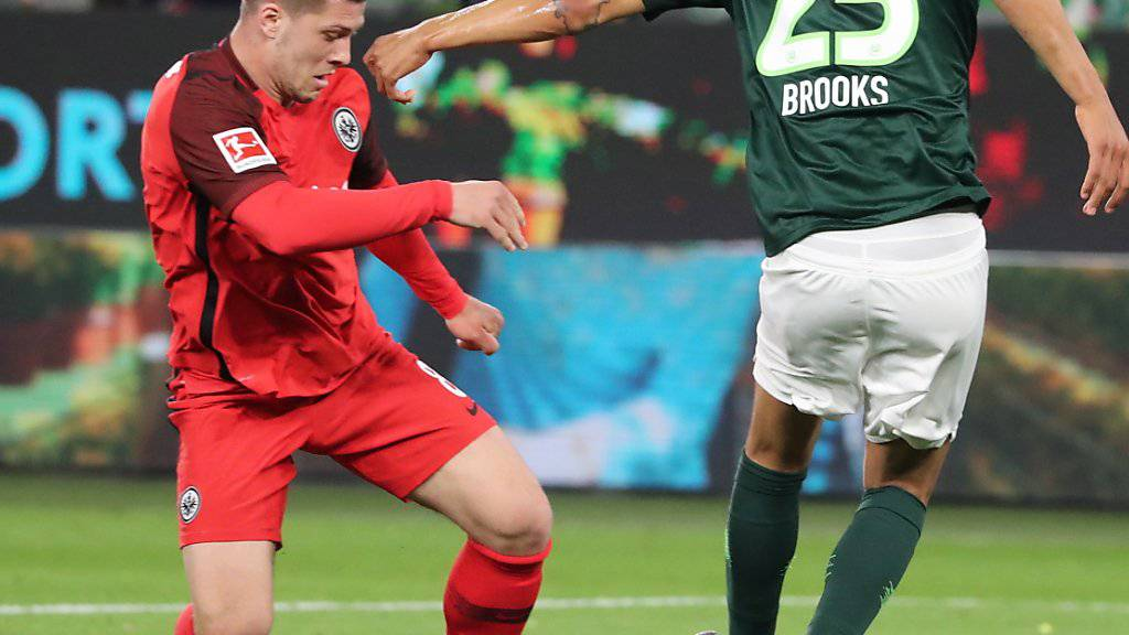 Frankfurts Goalgetter Luka Jovic (links) gegen John Anthony Brooks von Wolfsburg