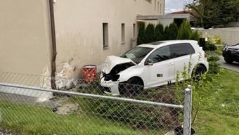 Der Junglenker verpasste eine Linkskurve, durchfuhr einen Vorgarten und krachte in ein Mehrfamilienhaus.