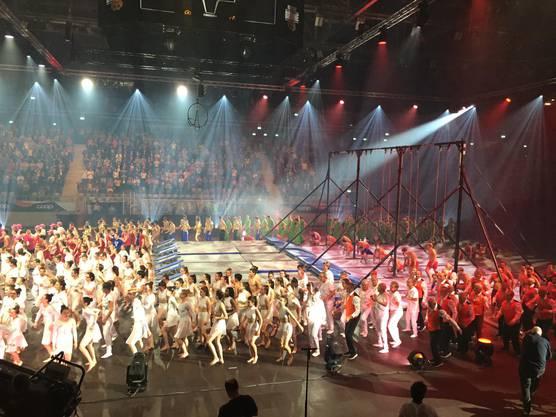 Die Show wurde mit einem grossen Finale aller Teilnehmenden, über 500 Turnenden, beendet.