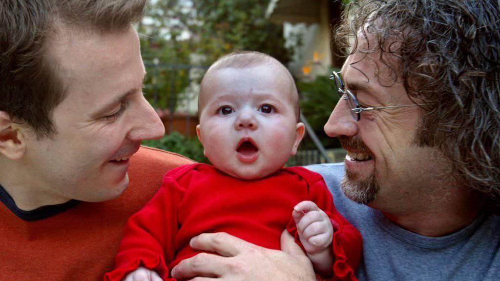 Martin und sein Partner Mitchell mit Natalia. In der Schweiz dürfen gleichgeschlechtliche Paare weiterhin keine fremden Kinder adoptieren. Kinder ihrer Partner sollen Homosexuelle aber künftig adoptieren dürfen. (Archiv)