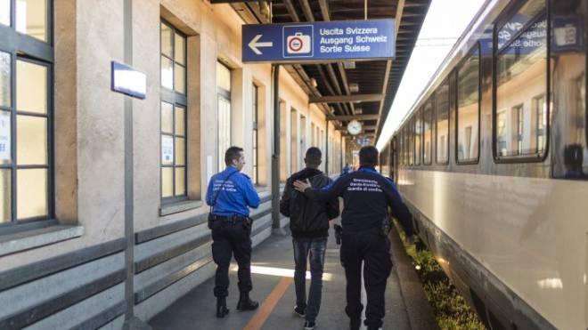 Flüchtlinge müssen für ihre Reise viel Geld zahlen: Asylsuchender in Begleitung von Grenzwächtern. Foto: Gaetan Bally/Keystone