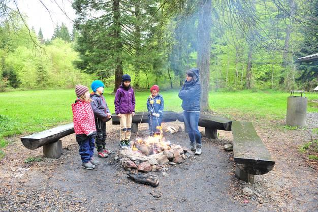 Am ersten Tag regnete es im Freienwiler Wald. Die Kinder und Lehrpersonen konnten sich am Feuer erwärmen.