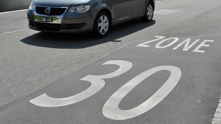 Auf bauliche Massnahmen soll weitgehend verzichtet werden bei der Einführung von Tempo-30-Zonen in Brugg (Symbolbild).