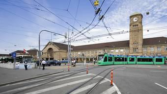 Am Badischen Bahnhof in Basel hat an Heiligabend ein 23-Jähriger seinen 30-jährigen Schwager mit einem Hammer am Kopf verletzt. (Archivbild)