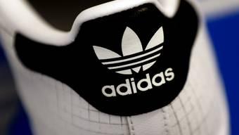 Finden in China derzeit kaum Käufer: Schuhe der Marke Adidas. (Archivbild)