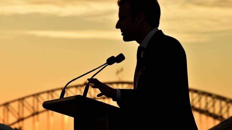 Silhouette des französischen Präsidenten Emmanuel Macron bei einer Rede anlässlich eines Besuchs in der australischen Metropole Sydney. Macron, der nunmehr seit einem Jahr im Amt ist, legt ein enormes Tempo vor, ob bei Reformen in der Heimat oder in der Weltpolitik. (Archiv)