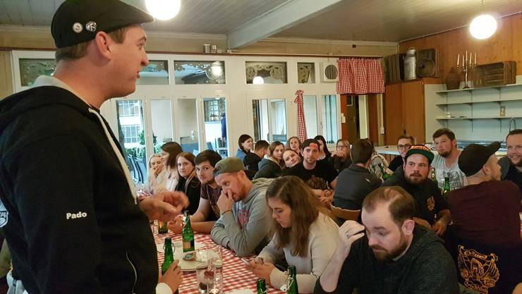 Präsident Patrick Staub begrüsst Mitglieder und Interessierte zum Neuguggerabend der Sumpfer-Stilzli.