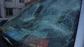 ARD-Teamwagen kaputt: So sieht der ARD-Teamwagen nach dem Überfall durch Schlägertrupps aus! Das war richtig knapp», schreibt ein deutscher Auslandkorrespondent auf Twitter und publiziert dieses Bild dazu