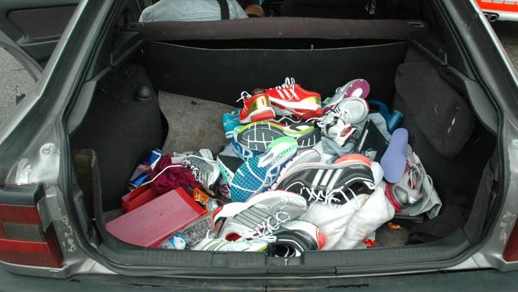 Die Räuber liessen eine bunte Auswahl an diversen Sportschuhen mitgehen.
