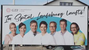 Unter anderem mit Plakaten (hier in Frick) wirbt das Gesundheitszentrum Fricktal für sein Spital in Laufenburg.