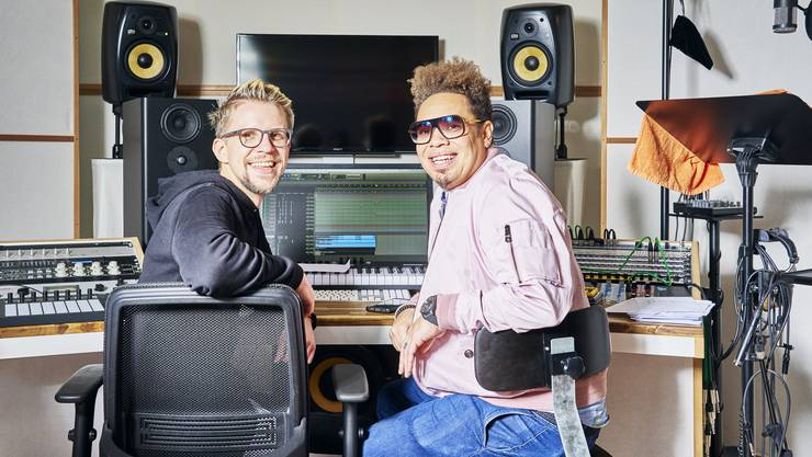 Die Arbeit im Schlieremer Studio hat sie zusammengeschweisst: Sänger Marc Sway (rechts) und Produzent Lars Christen.