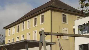 Die Zuzger befinden über das Projekt der Renovation des Schulhauses. chr