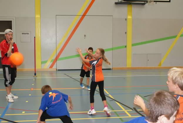 Urdorf (in Orange) gegen Volketswil im Jägerball