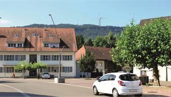 Die Fotosimulation der Windpark Burg AG zeigt, wie die Windenergieanlagen vom Wölflinswiler Dorfzentrum aus sichtbar sind.Fotosimulation zvg