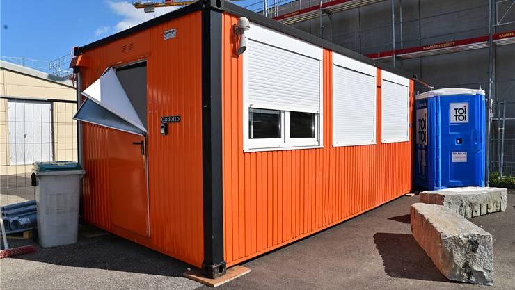 Kurz nach der Übergabe beschädigten Unbekannte den Jugendraum-Container in der Egerkinger Industrie.