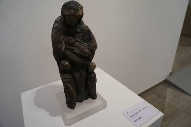 Skulptur aus Ton mit dem Titel Die Beladene von Idlette Villiger