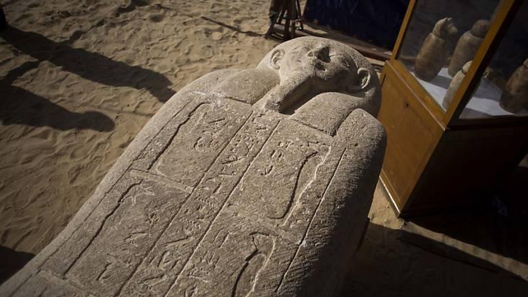 Archäologen haben in Ägypten eine antike Totenstadt mit Dutzenden Sarkophagen und Kunstschätzen entdeckt.