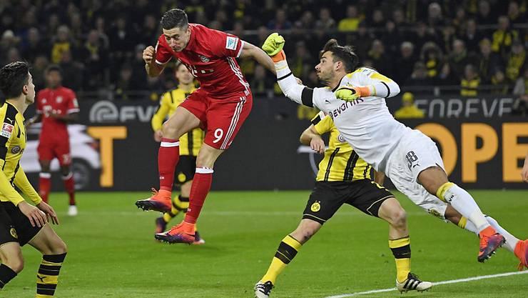 Dortmunds Schweizer Goalie Roman Bürki (rechts) dürfte gegen die starke Bayern-Offensive um Toptorjäger Robert Lewandowski (links) gefordert sein
