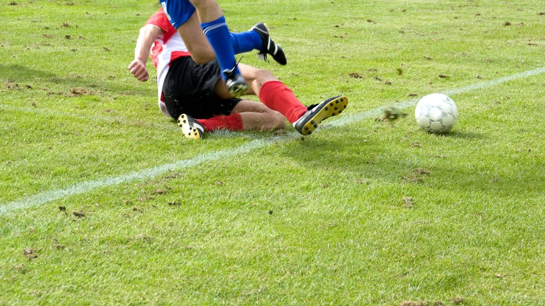 Der FC Wil Goalie traf einen gegnerischen Spieler mit gestrecktem Bein. (Symbolbild)