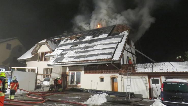 Flammen schlagen aus dem Dach des Hauses in Safenwil.