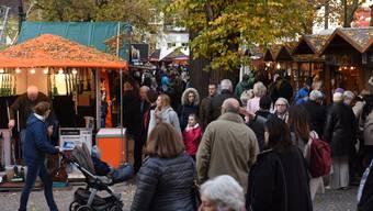 Auf dem Petersplatz bieten die Marktschreier ihre Super-Waren an.
