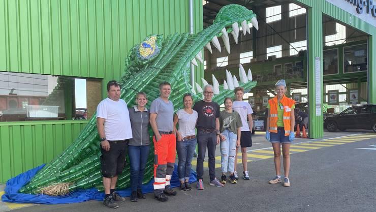 Am vergangenen Wochenende brachten Mitglieder der Fasnachtsgruppe Reederei den Kaiman nach Hunzenschwil. Im Bild rechts: Karin Bertschi.