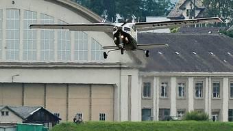 Ein Kleinflugzeug hebt vom Flugplatz Dübendorf ab (Archiv)