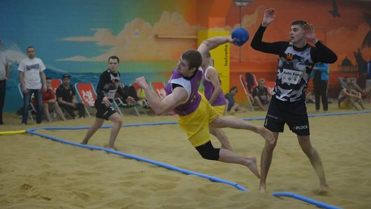 Im Beachhandball gibt es spektakuläre Szenen zu sehen.