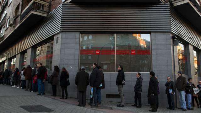 Menschenschlange vor einem Arbeitsamt in Madrid (Archiv)