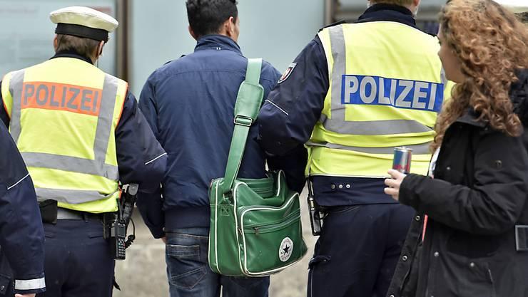Die Polizei in Deutschland kontrollierte bei einer Hochzeitsfeier zweier Familienclans die Gäste und rund 160 Fahrzeuge. (Symbolbild)