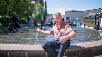Paul Walder wartet seit 40 Jahren den Brunnen am Theaterplatz (oben).