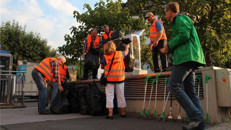 Ein Mahnmal: Um die Passanten zu sensibilisieren, füllten die Güselwehr-Aktivisten im September 2013 einen Plexiglas-Kasten mit dem gesammelten Unrat.