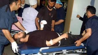 Ein Verletzter wird nach dem Grenzübertritt im Flüchtlingslager Kilis verarztet
